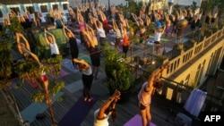Iako joga potiče od drevnih indijskih duhovnih praksi i religijskog elementa hinduizma, moderna praksa je u velikoj meri modifikovana, komercijalizovana i sekularizovana, pa se današnja joga znatno razlikuje od joge drevne Indije