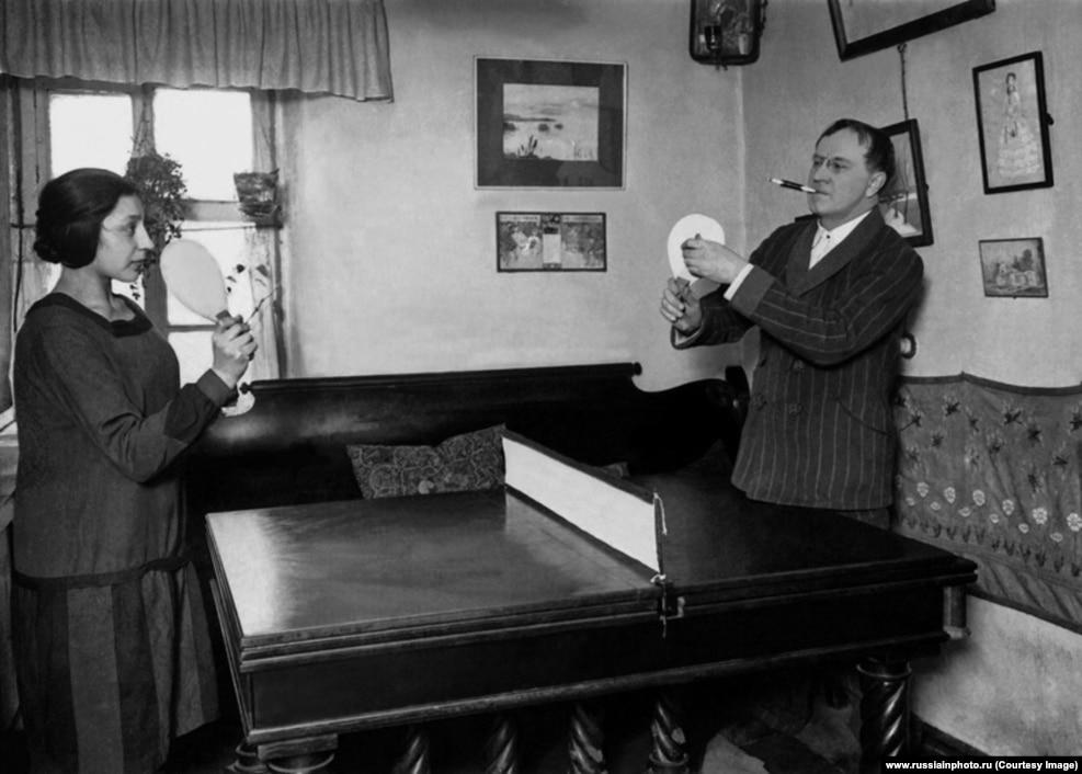 Артист Василий Качалов играет в пинг-понг, 1928 год