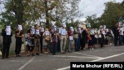 Участники демонстрации в поддержку Олега Сенцова в Праге