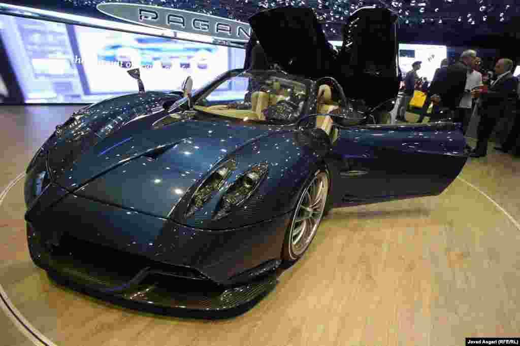 پاگانی هوایرا رودستر یکی از گرانترین خودروهای جهان است . این خودرو که حدود ۲.۴ میلیون دلار قیمت دارد به تعداد محدود ۱۰۰ دستگاه تولید خواهد شد و تمامی ۱۰۰ دستگاه آن تا پیش از نمایشگاه ژنو پیش فروش شده اند . این خودرو مجهز به موتوری با قدرت ۷۵۳ اسب بخار و بیش از ۱۰۰۰ نیوتنمتر گشتاوراست.