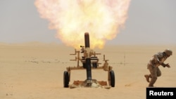 Саудовский миномет ведет огонь по позициям повстанцев-хуситов в Йемене