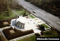 Берлиндегі герман-совет соғысына арналған мемориал. Кешеннің екі бұрышынан дау болып отырған танкілерді көруге болады.