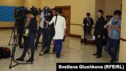 Журналисты казахстанских СМИ в коридоре парламента.