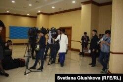 Журналисты казахстанских СМИ в коридоре нижней палаты парламента. Астана, 18 сентября 2017 года.