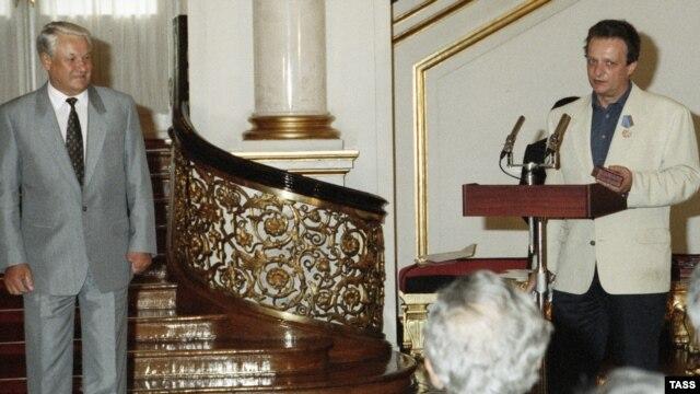"""Борис Ельцин вручает Марку Дейчу медаль """"Защитнику Свободной России"""" (1993 г.)"""