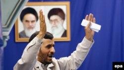 Əhmədinejat bildirib ki, o, Amerikada İranla danışıqlar aparmağı xahiş etməyib