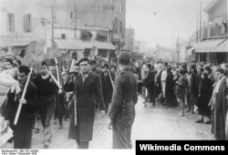 Тунисских евреев гонят на принудительные работы. Тунис, декабрь 1942 года. © Bundesarchiv, Bild 183-J20384 / CC-BY-SA 3.0