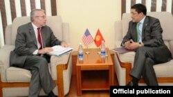 Замглавы МИД Киргизии Бешимов (справа) и зам помощника госсекретаря США Ричард Хогланд
