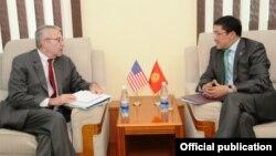 Қырғызстан сыртқы істер министрі орынбасары Асқар Бешимов (оң жақта) АҚШ мемлекеттік хатшысының Оңтүстік және Орталық Азия бойынша көмекшісі Ричард Хоугландпен кездесуде. Бішкек, 29 шілде 2015 жыл.