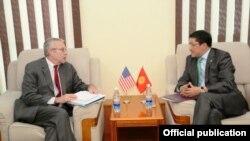 Заступник помічника держсекретаря США Річард Гоґланд (Л) і заступник міністра закордонних справ Киргизстану Аскар Бешімов