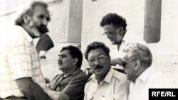 Şair Qabil, yazıçı İsmayıl Şıxlı, şair Xəlil Rza Ulutürk, professor Tağı Xalisbəyli (ayaq üstə) və şair Bəxtiyar Vahabzadə meydanda