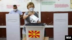 Түндүк Македонияда парламенттик шайлоодо добуш берип жаткандар. 15-июль, 2020-жыл.