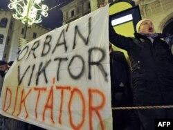 Protestçileriň esasy tankydy premýer-ministr Wiktor Orbana gönükdirildi.