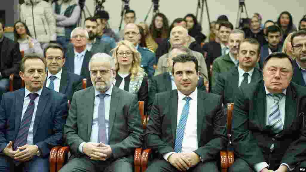 МАКЕДОНИЈА - Во Скопје се одржа завршната конференција на истражувачкиот проект на Евроатлантскиот совет на Македонија, насловен Зајакнување на младинскиот дијалог за промоција на демократските процеси во духот на евроатлантските интеграции. Целта на проектот е поттикнување на младите да учествуваат во градењето на демократските процеси и да придонесат во процесот на евроатлантските интеграции, развивањето на дијалог, градењето на капцитети... На конференцијата говореа и премиерот Зоран Заев и претседателот на Собранието, Талат Џафери.