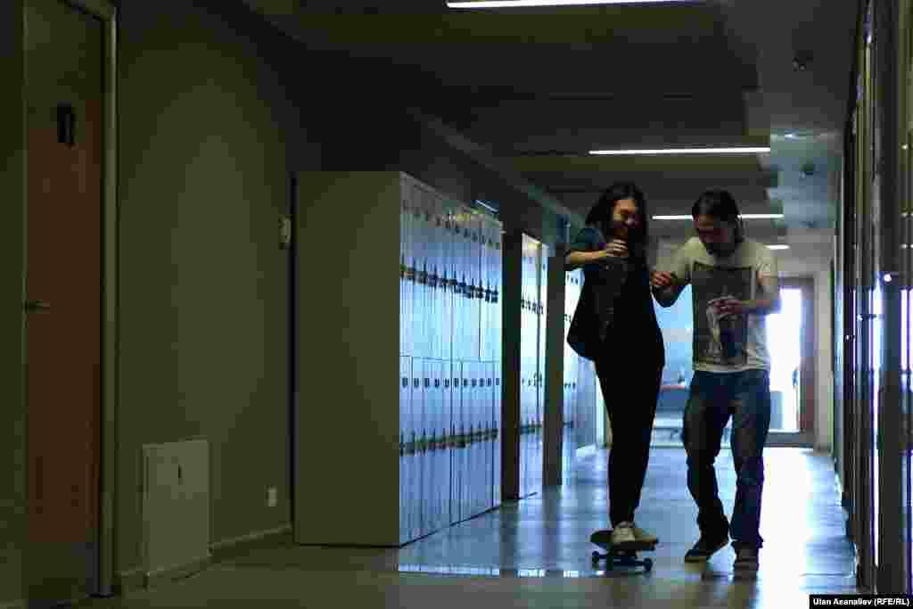 Каждый студент имеет свой ящик. Здесь настолько свободная атмосфера, что можно увидеть студентов со скейтом.