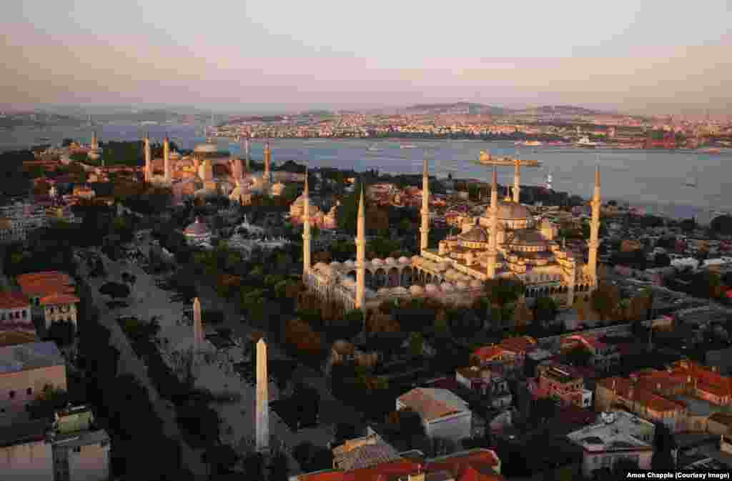 Moscheea Albastră (dreapta) și Hagia Sophia fotografiate în 2014. Hagia Sophia a fost o sursă de inspirație arhitecturală pentru mai multe moschei din Istanbul, inclusiv Moscheea Albastră, construită la începutul anilor 1600, precum și pentru biserici și sinagogi din întreaga lume.
