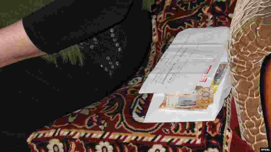 Представители власти подарили Сахан Досовой на день ее 130-летия 10 тысяч тенге. Караганда, 27 марта 2009 года.