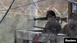Південнокорейські солдати у демілітаризованій зоні, яка розділяє дві Кореї, 11 квітня 2013 року