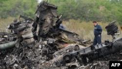 Малайзия жолаушылар ұшағы құлаған жерде жүрген құтқарушылар. Украина, Донецк облысы, 8 шілде 2014 жыл.