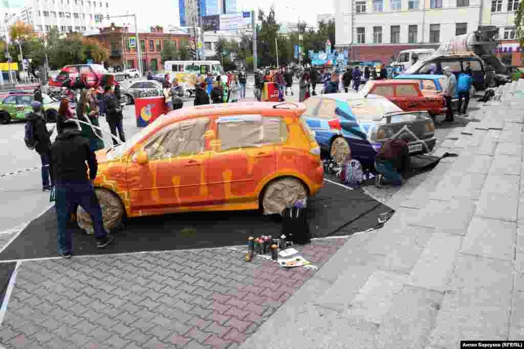 На центральной улице Новосибирска прошел первый в России граффити-фестиваль, объектами которого стали автомобили. Такой формат популярен за рубежом, в России машины, украшенные уличными художниками, можно пересчитать по пальцам, говорят организаторы