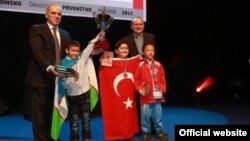 Нодирбек Абдусатторов жаҳон чемпиони Гарри Каспаров билан. (Сурат wycc2012.com сайтидан олинди)