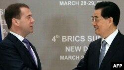 Президент России Дмитрий Медведев (слева) и президент Китая Ху Цзиньтао (справа). Нью-Дели, 28 марта 2012 года.