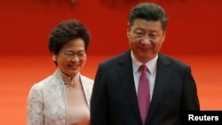 Керрі Лем (ліворуч) зустрінеться із Сі Цзіньпінем (праворуч) в понеділок 16 грудня
