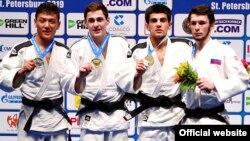 Мухаммадризо Кувватов (второй справа). Фото Олимпийского комитета Таджикистана