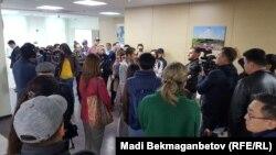 """""""Астана банкі"""" клиенттері ақшасын талап етіп бөлімшеге жиналып тұр. Астана, 6 қыркүйек 2018 жыл."""
