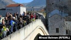 Skokom bez aplauza obeležena 21. godišnjica rušenja Starog mosta u Mostaru