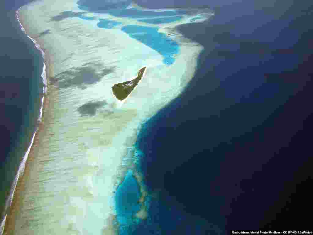 """Туристический рай Мальдивских островов может исчезнуть уже в этом столетии, если уровень океана продолжит подниматься: архипелаг из 1200 клочков суши поднят в среднем лишь на 2 метра выше уровня моря, это самая """"низколежащая"""" страна в мире. Правительство Мальдив в 2008 году объявило о покупке земли в других странах для переселения граждан. Похожая ситуация складывается и с другими островными государствами – президент Республики Кирибатиговорит, что при нынешних темпах глобального потепления его страна исчезнет под водой в ближайшие 30-50 лет."""