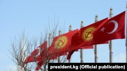 Кыргызстан менен Түркиянын желектери.