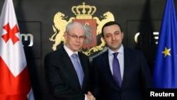 ევროკავშირის საბჭოს პრეზიდენტი ჰერმან ვან რუმპე (მარცხნივ) და საქართველოს პრემიერ-მინისტრი ირაკლი ღარიბაშვილი თბილისში შეხვედრისას.