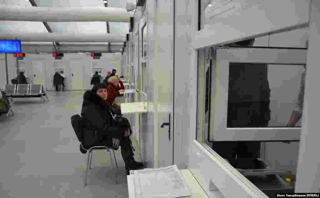 В миграционный центр люди приезжают за патентами, которые дают право на работу в России.
