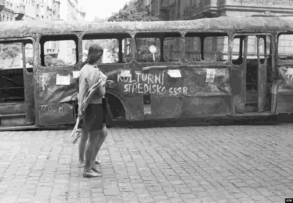 Згорілий автобус у Празі, вкритий антирадянськими написами