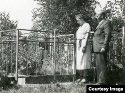 Софья и Геза Шпирк на могиле ее отца. 1955