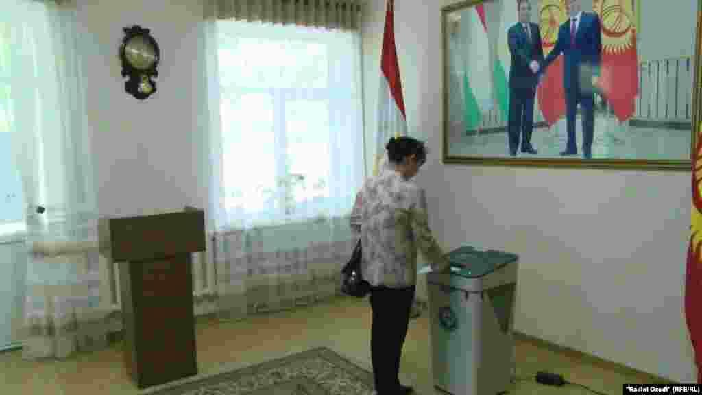Гражданка Кыргызстана голосует на избирательном участке в Душанбе