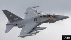 Российский самолет Як-130 во время показательного полета (архив)