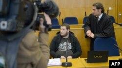 Крешнік Беріша (с; обличчя розмите) на одному з попередніх слухань у суді, Франкфурт, 15 вересня 2014 року
