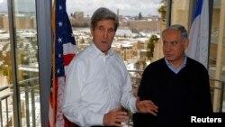 جان کری و بنیامین نتانیاهو در بیتالمقدس. ۱۳ دسامبر ۲۰۱۳.