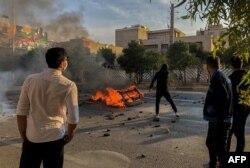 اعتراضات بزرگ ۹۶ و ۹۸ از جنس اعتراض مردمی است که از وضعیت موجود به تنگ آمده و بدون آنکه سازماندهی خاص و رهبر مشخص داشته باشند علیه کل حکومت در حال اعتراض و کنش خیابانی گسترده هستند.
