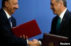 Ильхам Алиев и занимавший тогда пост-премьер министра Турции Реджеп Эрдоган на церемонии подписания соглашения о строительстве газопровода TANAP