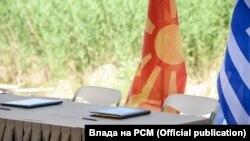 Знамиња на Северна Македонија и Грција