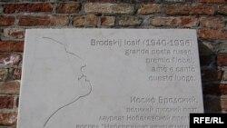 Мемориальная табличка на доме, где жил Бродский в Венеции