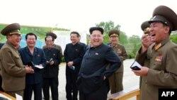Лидер КНДР Ким Чен Ын с военными (архивное фото)