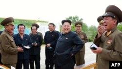 Лидер Северной Кореи Ким Чен Ын (в центре) в окружении военных.