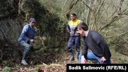 Ramiz Nukić sa poznanicima pretražuje teren, april 2016.