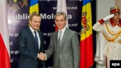Премьер-министр Польши Дональд Туск (слева) во время встречи с премьером Молдавии в Кишиневе 28 марта 2014 года