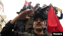 شرطي تونسي يحيي المحتجين