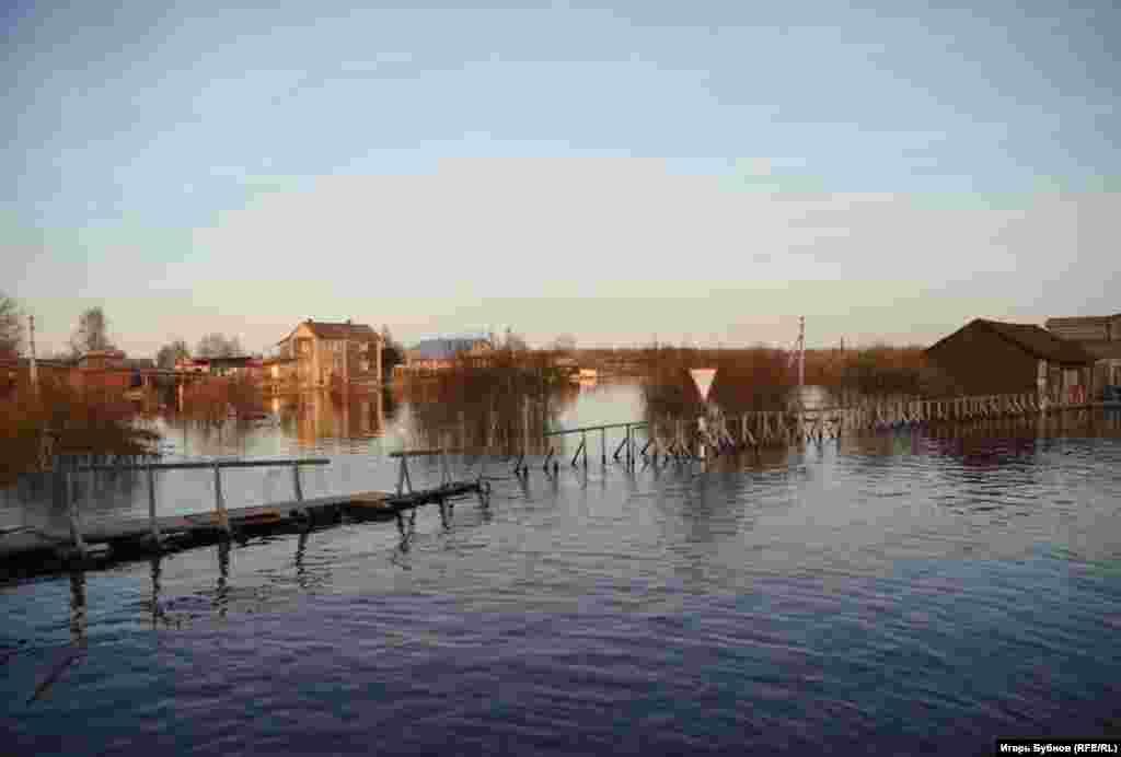 Под водой оказались огородные участки и машины.